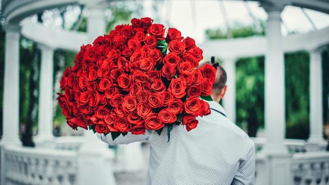 Цветы вшляпной коробке, букет изроз или тюльпанов вкрафт-упаковке либо цветочная композиция смакарунами или конфетами