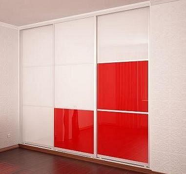 Белые шкафы купе с красными дверями в чёрном профиле.