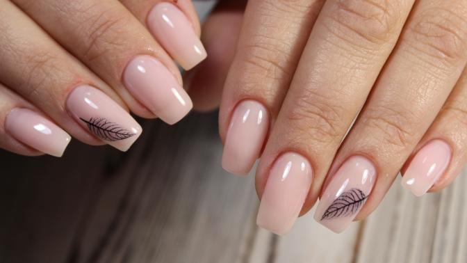 Аппаратный маникюр ипедикюр спокрытием идизайном двух ногтей встудии красоты Beautylilab